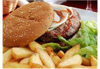 ארוחת המבורגר זוגית ב״סטלה ביץ׳, מסעדה תוססת בחוף בת ים