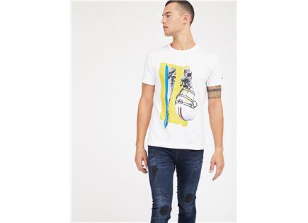 חולצה טומי הילפיגר לבנה לגברים -  TOMMY HILFIGER HELMET PHOTO PRINT TEE